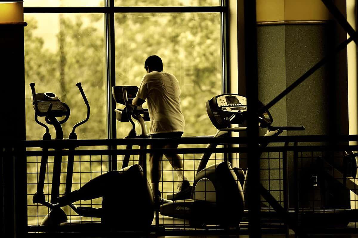 ¿Debo estirar antes de comenzar a hacer ejercicio?