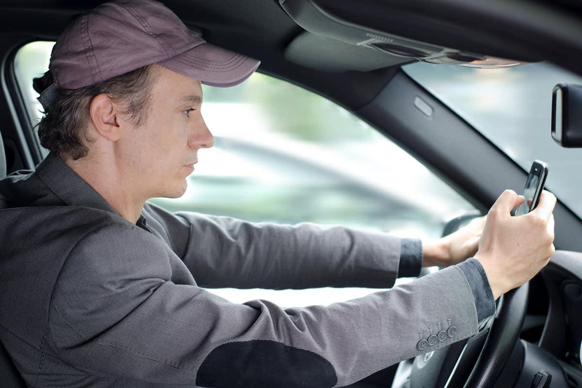 Evita usar tu celular mientras conduces y disminuye las probabilidades de un accidente