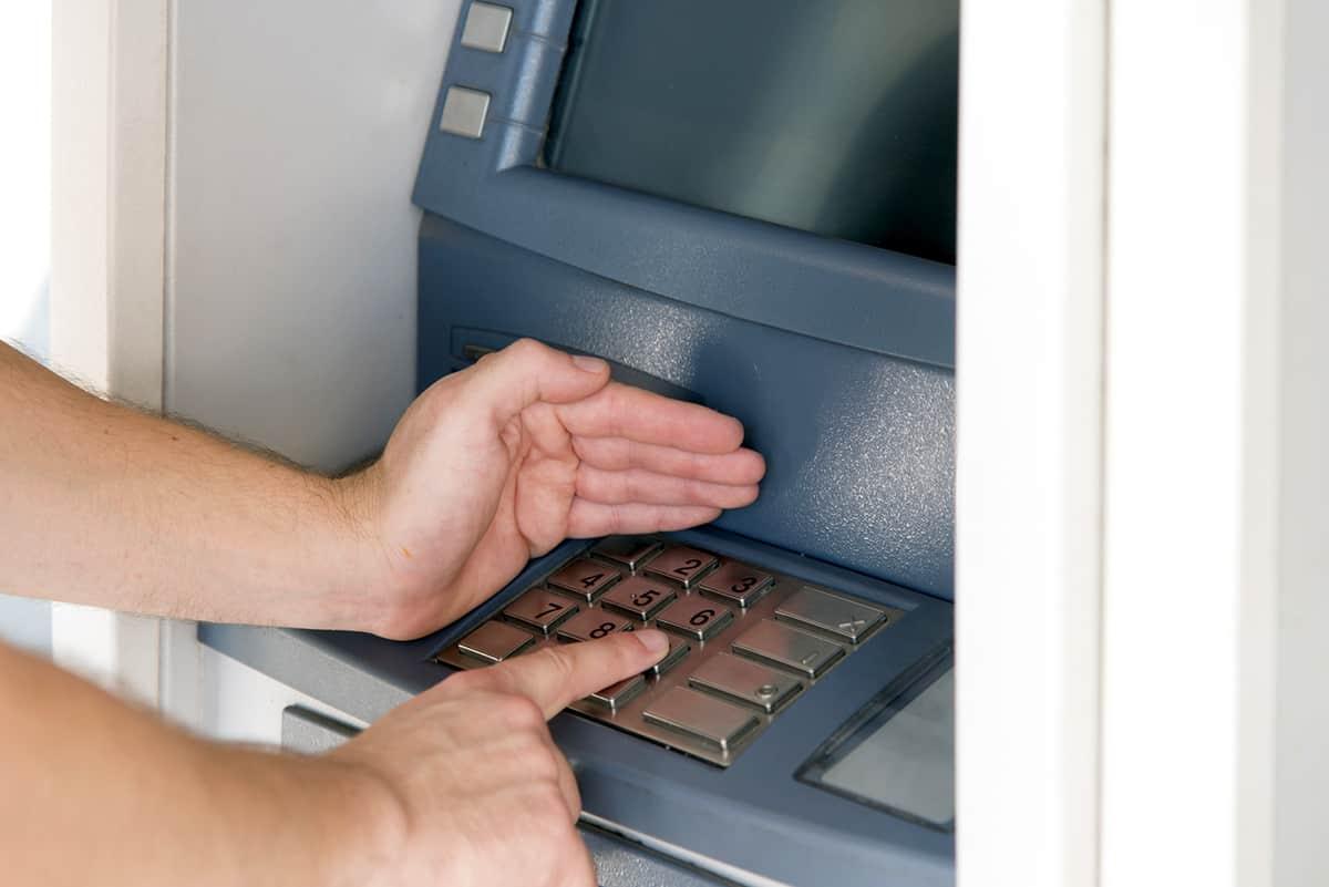 Al usar un cajero electrónico siempre debes tapar con la mano el ingreso del pin, aunque estés solo, y fíjate que las piezas alrededor de las ranuras de las tarjetas estén fijas
