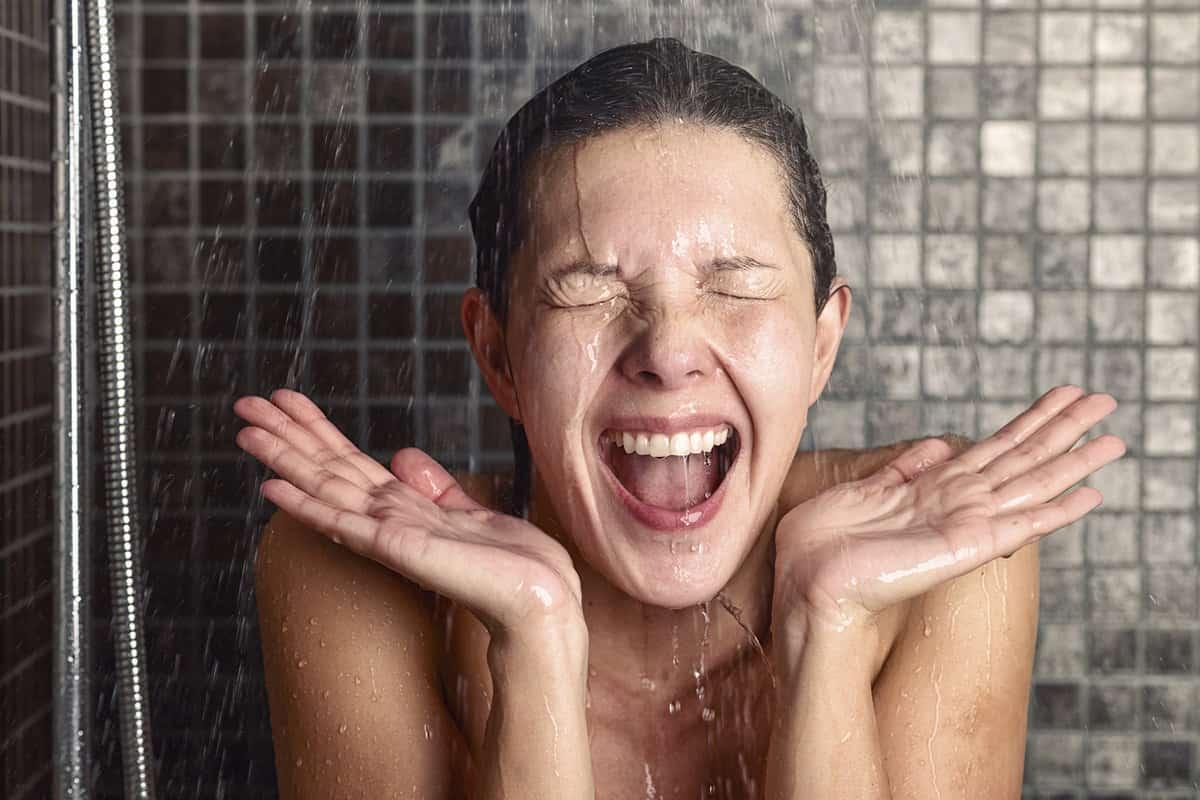 En tu ducha diaria haz una rutina alterna entre el agua muy fría y muy caliente y comienza tu día con toda la energía