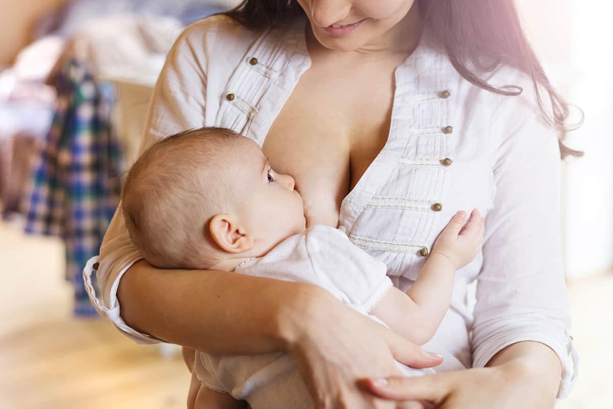Mujer, dale pecho a tu hijo hasta los seis meses de edad y aumenta la probabilidad de que sea más inteligente, reciba un mejor salario y tenga más éxito en sus estudios